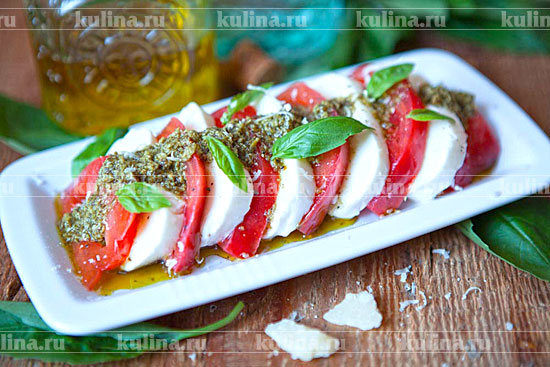 салат с капрезе с соусом песто рецепт