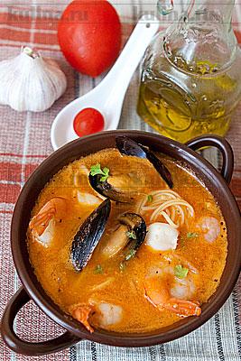 Томатный суп с морепродуктами и яичной вермишелью