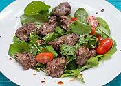 Салат с рукколой, печенкой и помидорами
