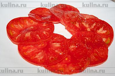 Выложить томаты на блюдо.