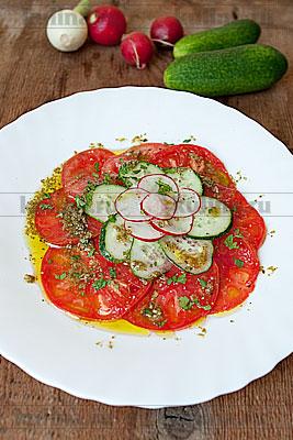 Подавать салат к столу, посыпав измельченной свежей зеленью. Идеально сочетается с зеленью базилика или кинзы. Приятного аппетита!