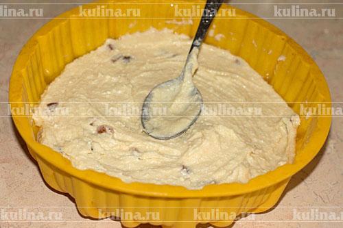 Силиконовую форму смазать растительным маслом, положить тесто, разровнять. Поставить в духовку и запекать при 180 градусах до готовности, примерно 40-60 минут.