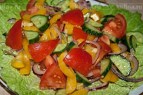На тарелку положить листья салата, выложить овощи.