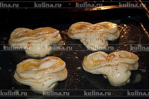 Поставить в разогретую до 200 градусов духовку и запекать около 35-40 минут до готовности при 180-200 градусах.