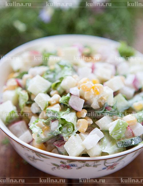 Салат из редиса с яйцом и кукурузой