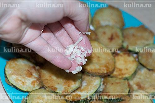 кабачки в панировочных сухарях с чесноком на сковороде