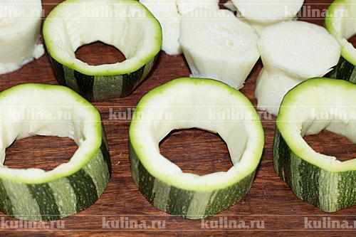Кабачки помыть, обсушить, нарезать кольцами толщиной 1,5-2 см. Аккуратно удалить часть мякоти.