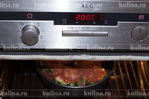 Поставить форму в разогретую до 200 градусов духовку и запекать до готовности, примерно минут 40.