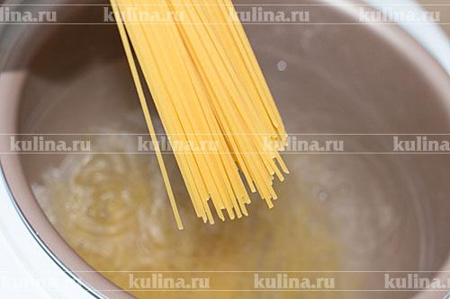 В мультиварке вскипятить воду, подсолить, опустить пасту и варить либо в режиме Спагетти, либо в режиме Варка 8-10 минут.