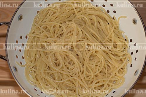 Затем слить воду, макароны заправить 1 ст. л. оливкового масла. Чашу мультиварки промыть, обсушить.