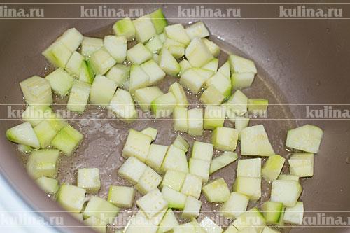 Налить в чашу мультиварки растительное масло, включить режим Жарка и положить кабачки, обжаривать 5 минут.