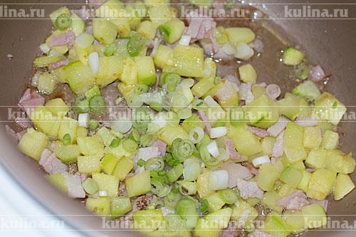 Зеленый лук нарезать и положить к остальным ингредиентам.