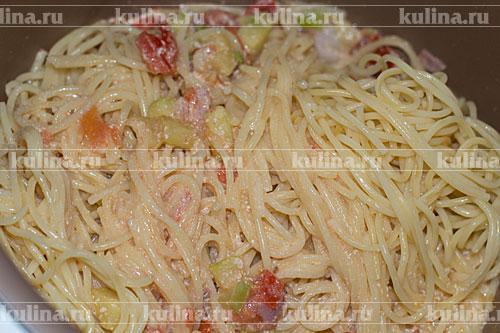 Выложить в соус спагетти, перемешать и выключить мультиварку.