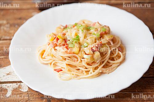 Разложить спагетти по тарелкам, посыпать сыром, зеленью и подать к столу. Приятного аппетита!