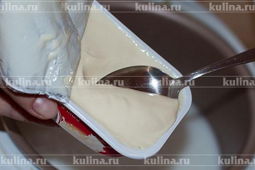 В чашу мультиварки налить сливки, включить режим кипячение. Как только сливки станут горячими, выложить плавленый сыр, хорошенько все размешать.