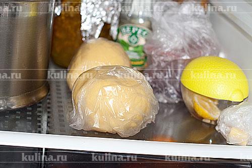 Завернуть каждую часть теста в пищевую пленку и убрать на 30 минут в холодильник.