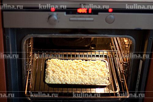 Получившейся крошкой посыпать творожную начинку. Поставить пирог в разогретую до 180 градусов духовку и запекать до золотистой корочки.