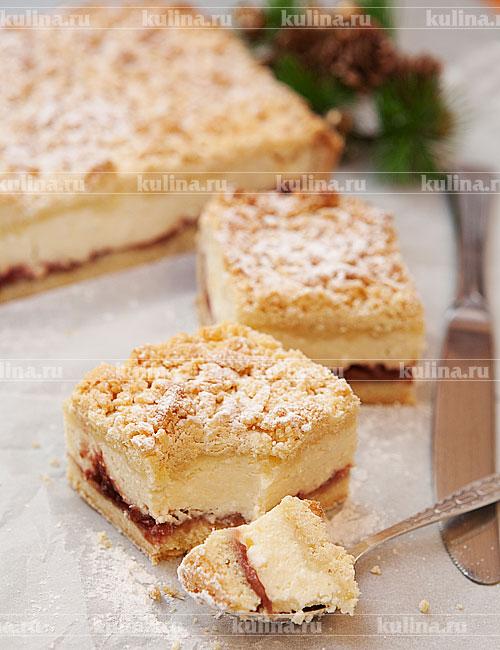 Готовый пирог полностью охладить, нарезать на порционные куски, посыпать сахарной пудрой и подать к столу.