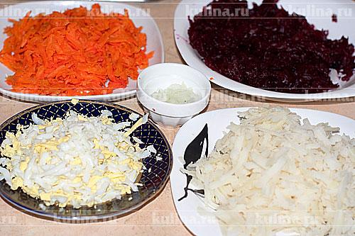 Подготовим все продукты: свеклу, морковь, картофель, яйца очистим и натрем на крупной терке. Со свеклы отжать лишнюю жидкость. Репчатый лук мелко нарезать.