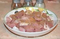 Мясо нарезать на кусочки. Посолить, поперчить по вкусу.