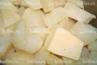 Картофель очистить, залить водой, сварить в чуть подсоленной воде. С картофеля слить воду, положить масло и молоко, приготовить картофельное пюре.