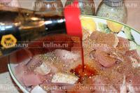 Мясо залить соевым соусом.