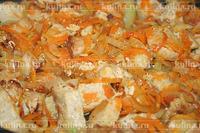 Морковь натереть на терке, репчатый лук измельчить и выложить к мясу, обжаривать все вместе до готовности.