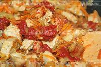 Выложить в мясо с овощами томатную пасту, потушить еще пару минут.