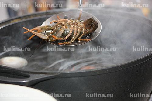 Положить раков в воду. Довести под крышкой до кипения, варить 15 минут. Затем плиту выключить и оставить раков в рассоле на 1 час. Охлажденных раков переложить на большое блюдо и подать к столу.