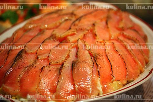 Перед подачей посыпать рыбу сахарной пудрой из ситечка и обжечь с помощью кулинарной горелки. Если горелки нет, салат облить крепким алкоголем и (фломбировать) поджечь.