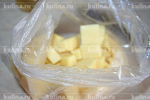 Взять обычный пакет, смазать его маслом. Выложить кубики сыра. Сдуть лишний воздух, завязать пакет. Завязать пакет с сыром в пленку для микроволновки.