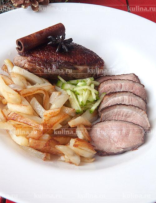 Готовую грудку нарезать и подать на стол с гарниром из жареного картофеля и огуречной соломкой. Приятного аппетита!