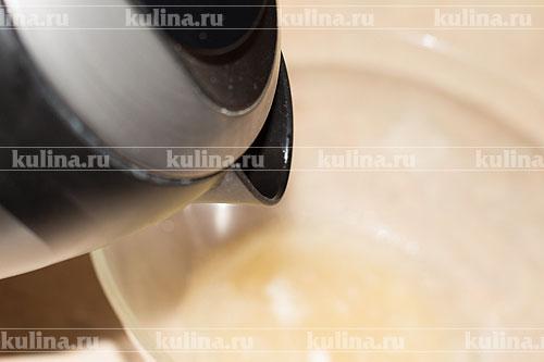 Желатин выложить в миску и залить водой, дать постоять.