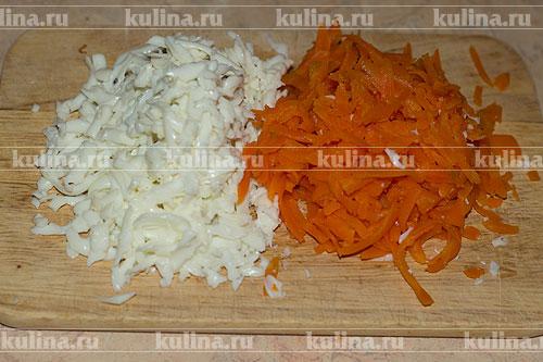Белок и морковь натереть по отдельности.
