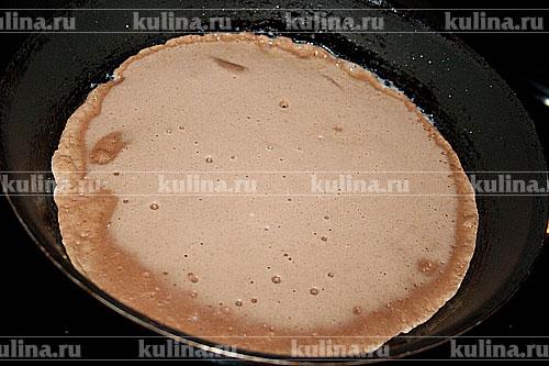 Разогреть растительное масло в сковороде. Выливаем тесто и жарим тонкие блинчики с одной стороны.