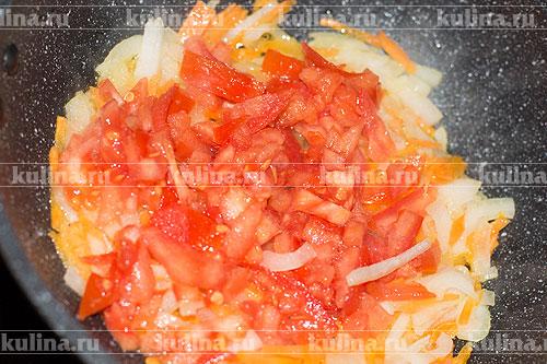 Помидор нарезать и выложить к овощам.