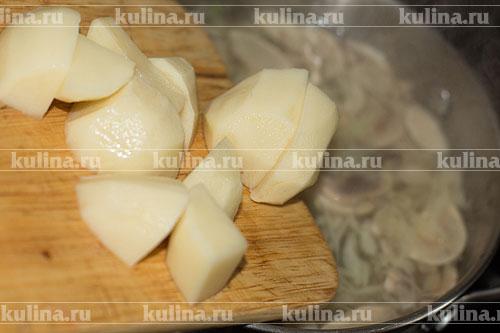 Картофель очистить, нарезать крупными кусками и выложить в суп.