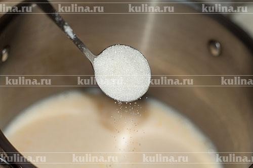 Добавить сахарный песок.