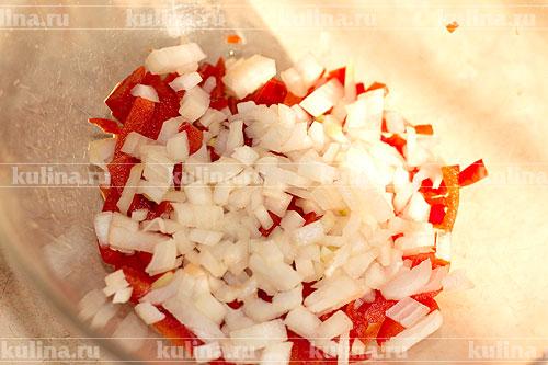 Репчатый лук мелко нарезать и добавить к перцу.