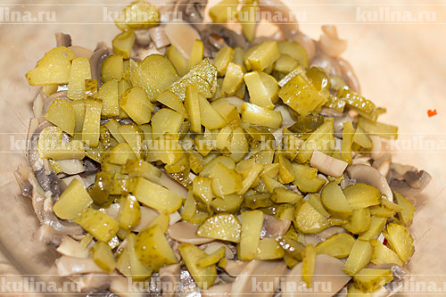 Огурцы нарезать и добавить в салат.