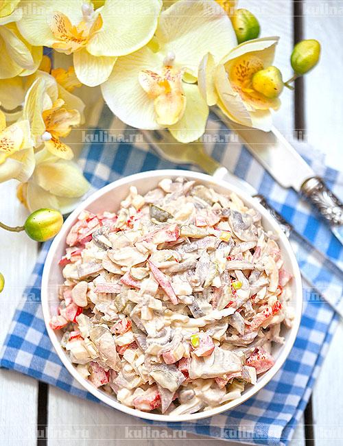 Переложить салат в красивую салатницу и подать к столу. Приятного аппетита!