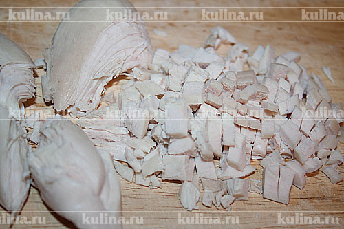 Куриную грудку нарезать мелким кубиком.