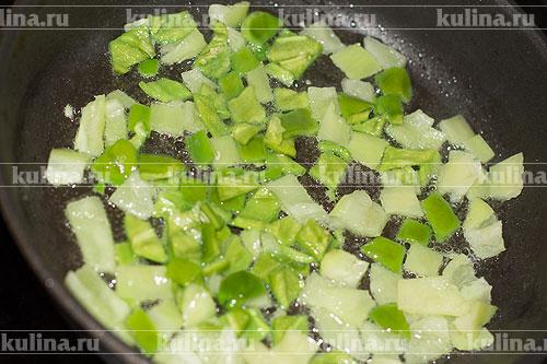 Перец нарезать кубиком и обжарить на растительном масле.