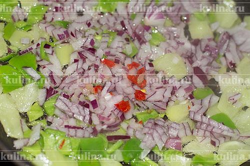 Острый перец очистить от семян, ошпарить и нарезать, выложить в сковороду.
