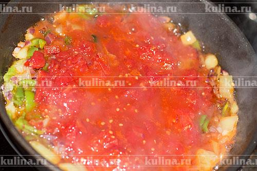 Примерно 4 шт. томатов в собственном соку размять и вместе с жидкостью выложить к остальным ингредиентам.