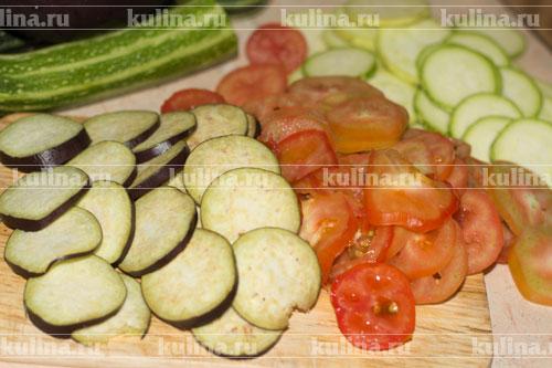 Овощи нарезать одинаковыми кружками.