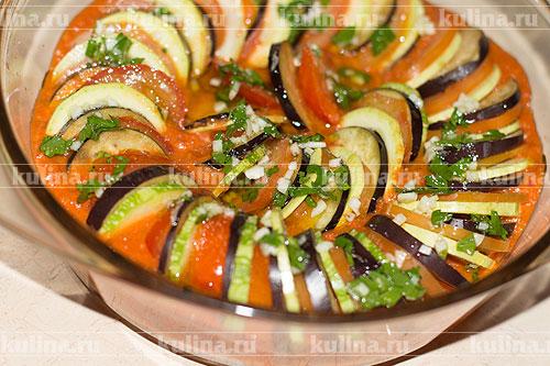 Залить овощи полученной смесью.