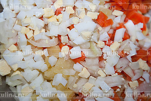 Яйца сварить вкрутую, остудить, очистить и мелко нарезать.