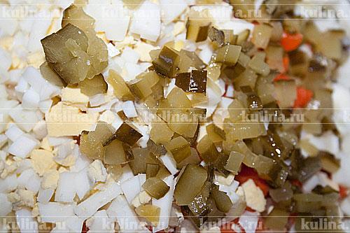 Огурцы нарезать кубиками.