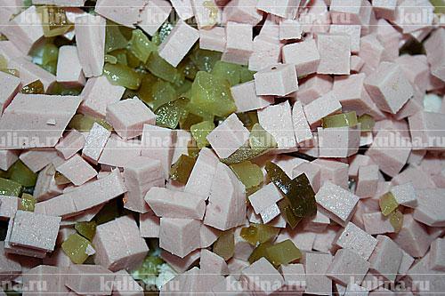 Колбасу нарезать кубиком и добавит ьк остальным ингредиентам.